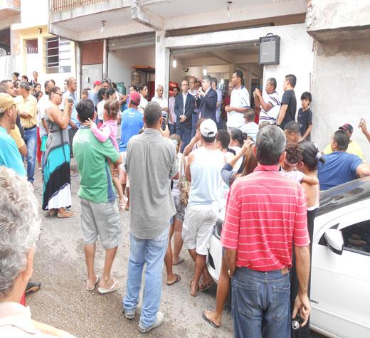 O secretário municipal de Habitação, José Floriano, explica o projeto aos moradores do bairro.
