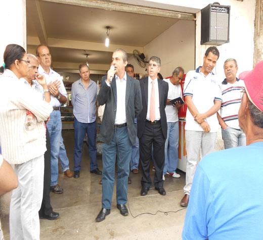 O secretário municipal de Habitação, José Floriano, explicou o projeto aos moradores do bairro.