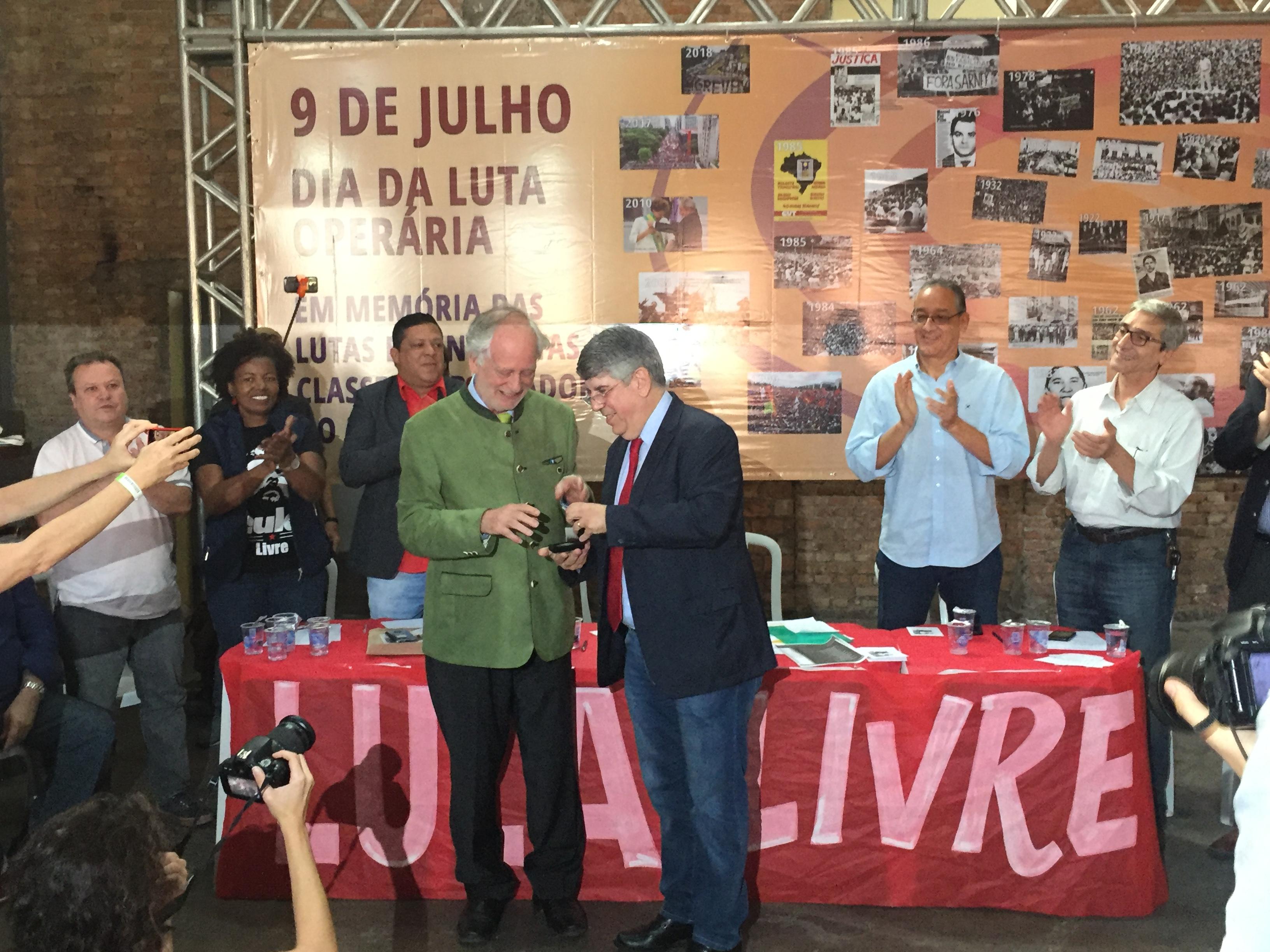 Centenas de pessoas prestam homenagem a José L. Del Roio