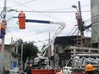 """Foi iniciada nesta segunda-feira (22) a instalação de 6.800 pontos de iluminação pública com tecnologia LED no bairro do Lajeado, no extremo leste da capital paulista. Esse é o quarto distrito da cidade de São Paulo beneficiado pelo programa """"LED nos bairros"""", que já contemplou a comunidade de Heliópolis com cerca de 1.300 pontos e o Jardim Monte Azul com 546 luminárias. Na Brasilândia, a implementação de 9.400 lâmpadas LED foi iniciada em janeiro e deverá ser concluída até o fim deste mês. Foto: Departamento de Iluminação Pública"""